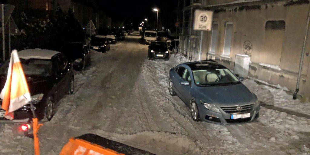 So kann es kommen: Wenn Autos zu eng stehen, kann das Räumfahrzeug gar nicht erst in die Straße hinein fahren.