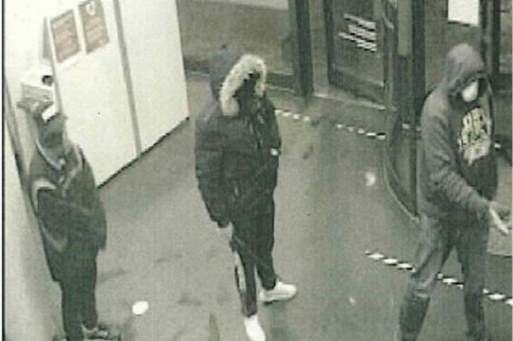 Die Polizei sucht mit diesem Bild von der Überwachungskamera nach den Verdächtigen.
