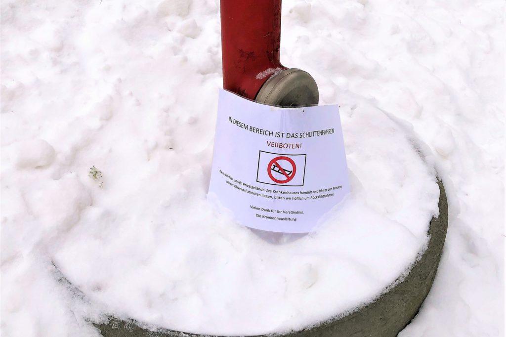 Am Rodel-Hang finden sich viele Verbotsschilder.