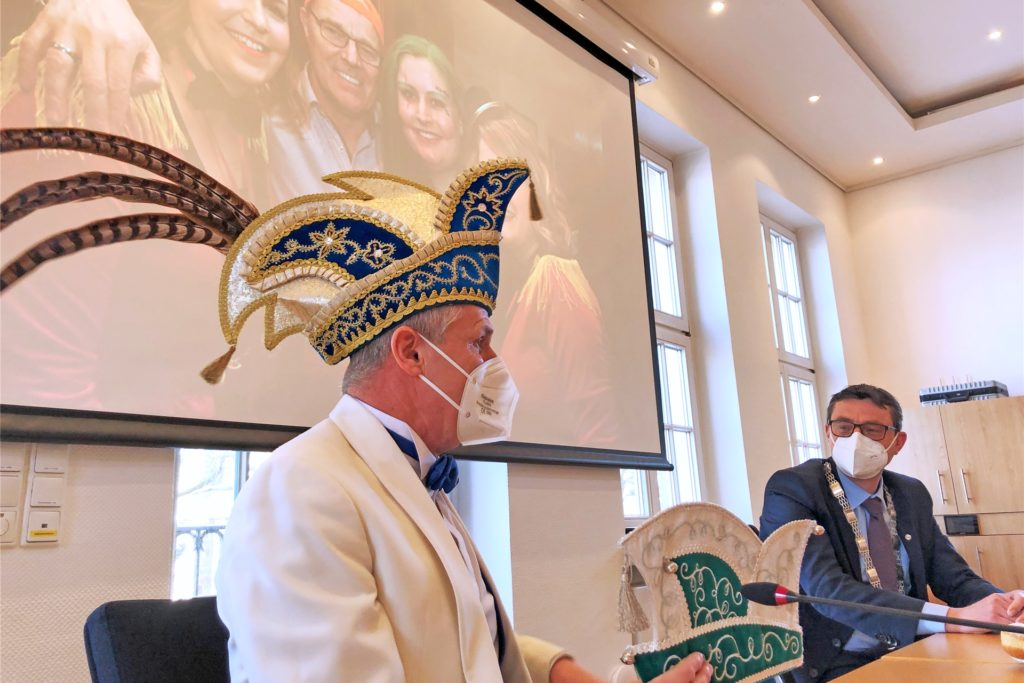 KG-Präsident Andy Rotherm überreicht die Kappe des Ehrensenats an Bürgermeister Berthold Dittmann.