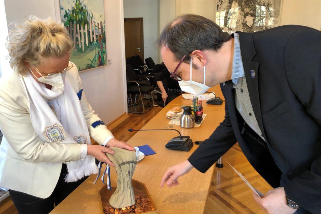 Schatzmeisterin Gisela Hilker überreicht 1001 Cent als Pacht an Stadtkämmerer Matthias Wesker.