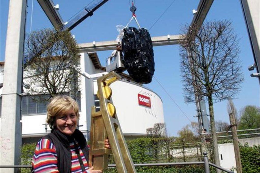 Die Münsteraner Künstlerin Kirsten Kaiser präsentierte 2010 den güldenen Hervester Förderturm, der den Kohlebrocken (im Hintergrund) krönte.