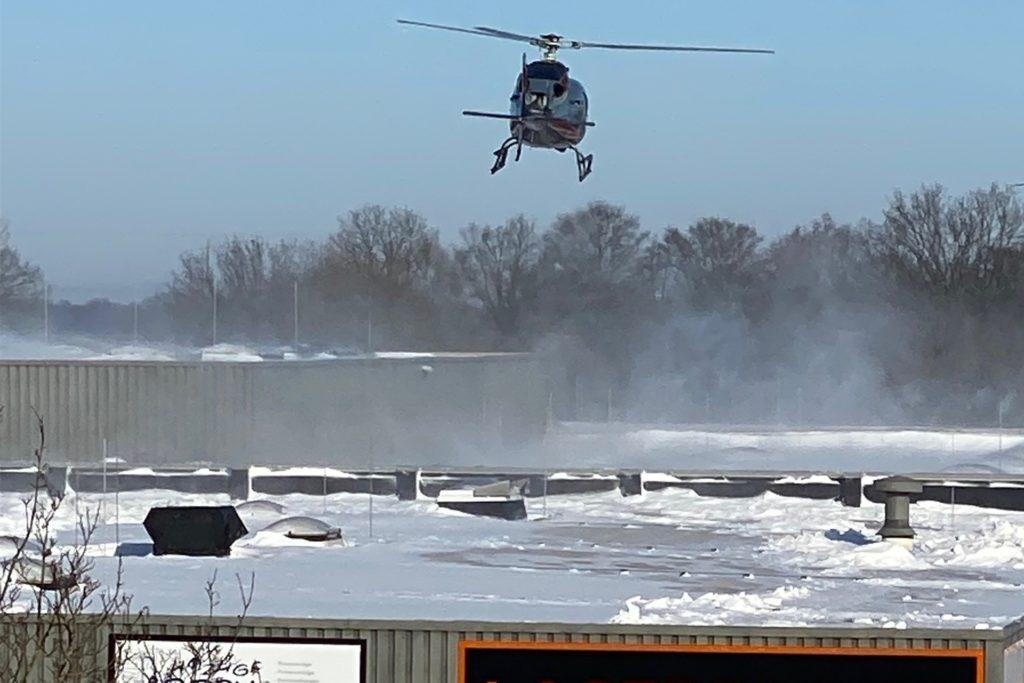 Ungewöhnlicher Schneeräumer: Mit der Kraft eines Hubschraubers lässt ein Unternehmer in den Kreisen Warendorf und Gütersloh seit Tagen Tonnen von Schnee von den Dächern mehrerer Immobilien räumen.