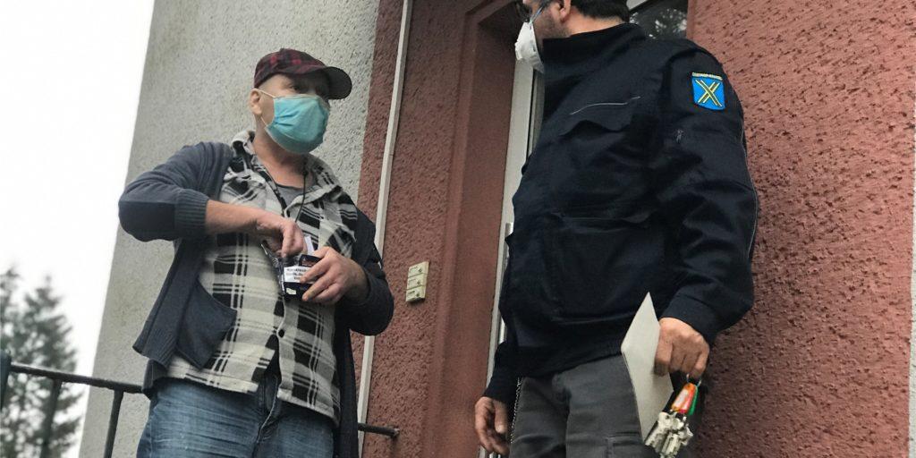 Der Obdachlose Kai-Uwe mit Youssef Anan, Mitarbeiter der Stadt im Bereich Migration/Obdachlose, vor der Wohnung an der Harkortstraße, in der er untergebracht ist.