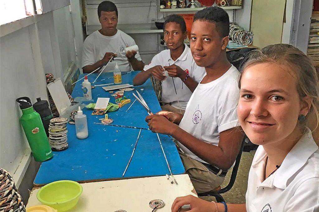 Die Stadtlohnerin Christel Lammers (r.) bei ihrer Arbeit in der Kleinen Schule Sonnenstrahl in der Dominikanischen Republik.