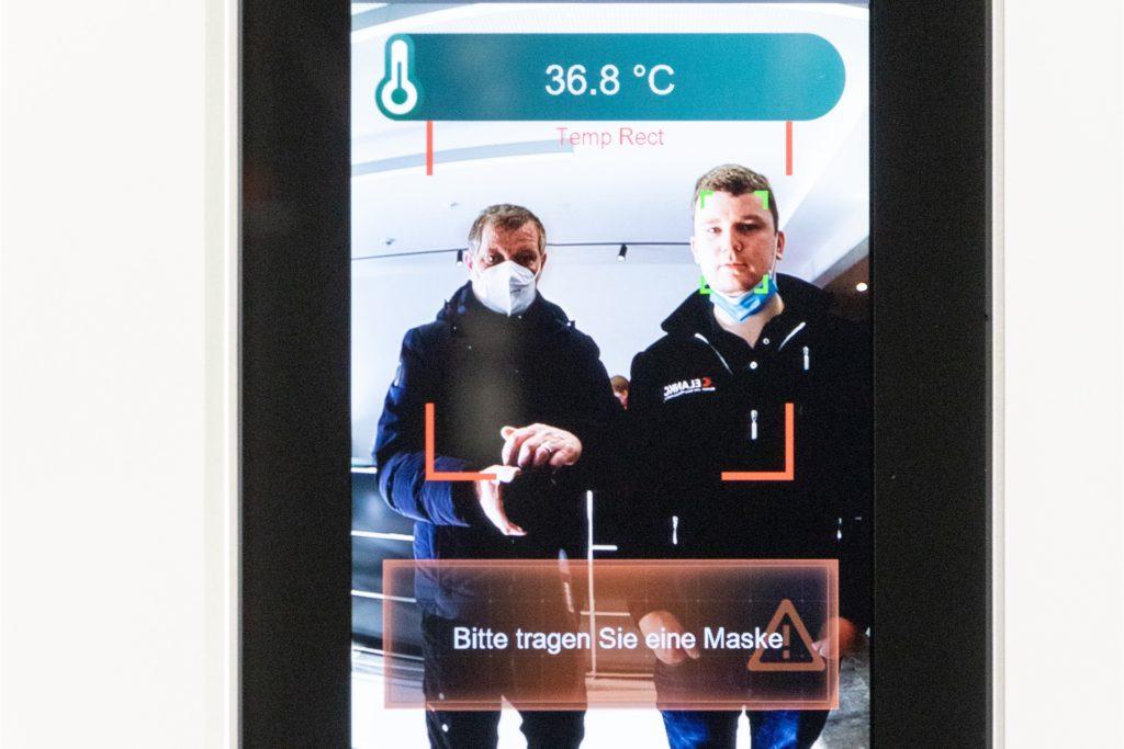 Das Fieberdisplay erkennt nicht nur, ob eine Maske getragen wird sondern zeigt auch in 0,2 Sekunden die Temperatur an. Hier (grüner Kasten) von Geschäftsführer Oliver Wichert.