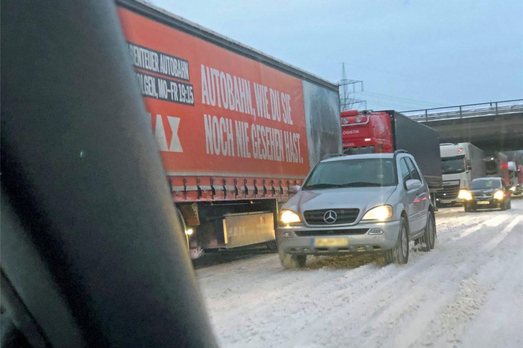 Zu einem LKW-Stau kam es am frühen Montagabend auf der Nordlippestraße zwischen A1 und Autohof Werne. Zahlreiche LKW wollten zum Autohof, dessen 80 Plätze aber schon restlos ausgebucht waren.