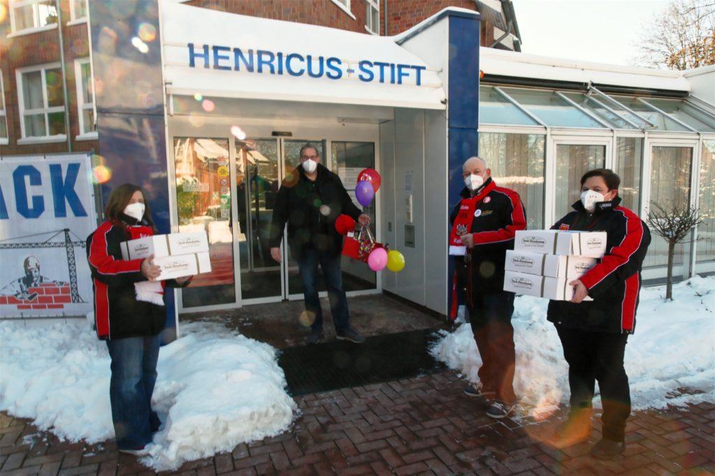 Neben dem St. Niklas und dem Haus Georg war auch das Henricus-Stift am Samstag das Ziel der Mitglieder des KFD Rot-Weiß.