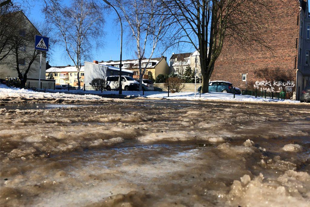 Der Schnee beginnt ganz langsam zu tauen. Am Samstag (13.2.) sind zwar noch Minusgrade, doch die Sonne gibt alles und verwandelt den Schnee stellenweise in braunen Matsch - hier in einer Wohnsiedlung in Körne.