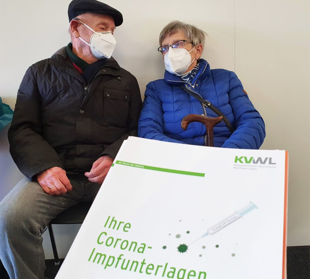 Mehrere Stationen mussten Joseph und Elfriede Räwer durchlaufen, bevor sie schließlich die Impfung erhielten.