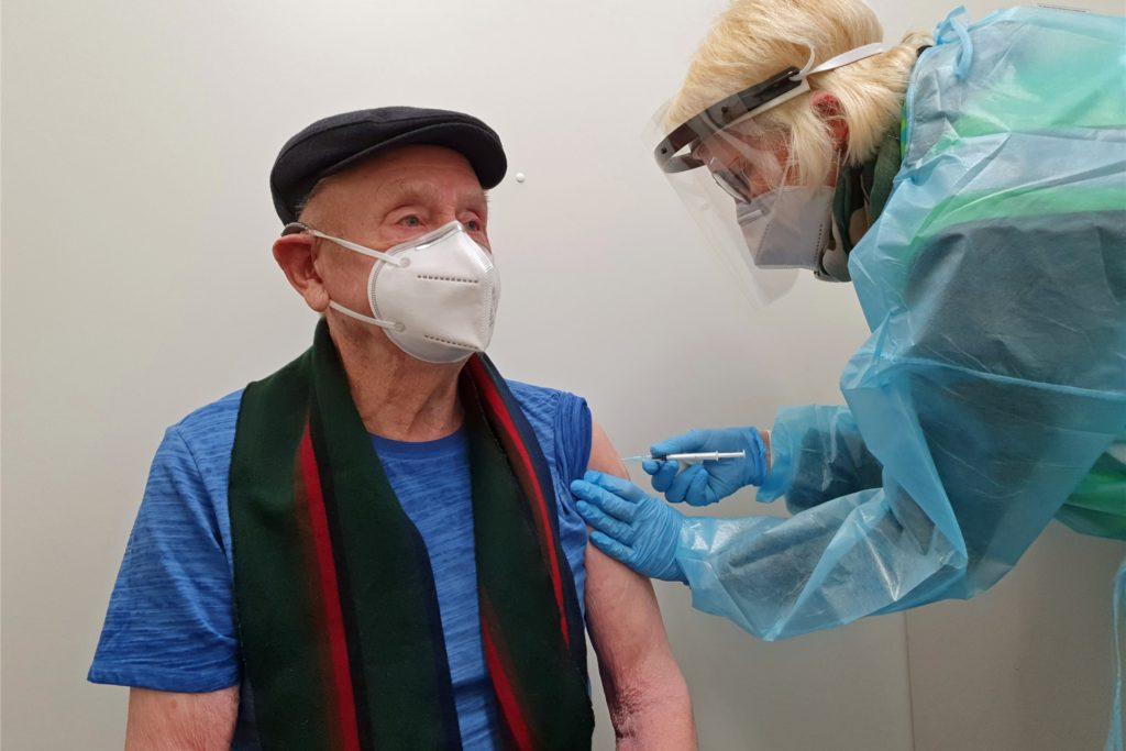 Kurze Spritze, große Wirkung: Joseph Räwer (92) hatte dem Tag der Impfung schon entgegengefiebert.