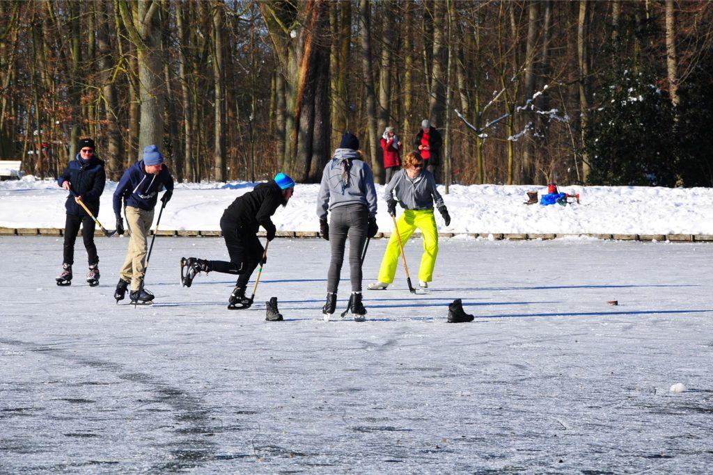 Einige Schlittschuhläufer jagten lieber den Puck, statt ihre Runden über die Gräften zu drehen.