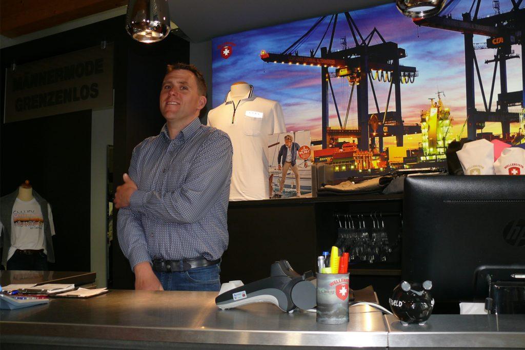 Christian Horstick vom Wellensteyn-Shop direkt an der deutsch-niederländischen Grenze in Oeding bricht in Corona- und Lockdown-Zeiten sein Geschäft mit den Kunden aus dem Ruhrgebiet weg, die auf dem Weg nach Winterswijk auf seinen Laden aufmerksam werden.
