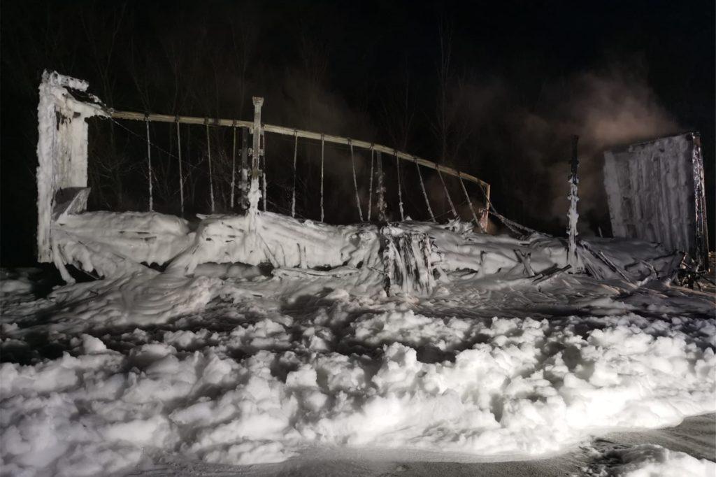 Die Feuerwehr musste den brennenden Lkw mit Schaum ablöschen, da die verladenen Fahrzeugteile aus Metall und Kunststoff sowie die Reifen des Aufliegers Feuer gefangen hatten.