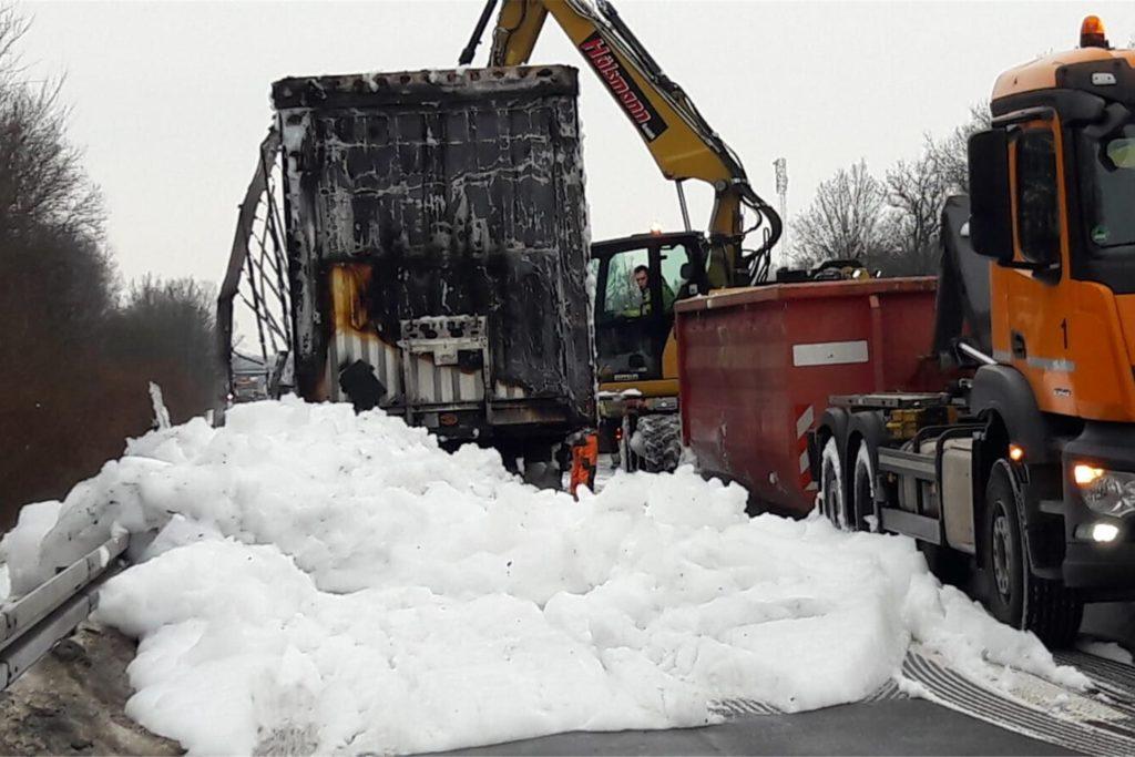 Der Inhalt des Lkw wurde in eine Mulde verladen, nachdem der Brand gelöscht worden war.