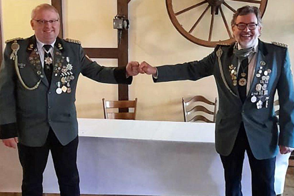 Die Vereinssprecher des neuen Dachvereins, Wolfang Schmidt (r., Frohsinn 07) und Markus Klenner (l., Lütkeheide) bei der Vereinsgründung im Herbst 2020. Das erste gemeinsame Highlight, das Schützenfest, fällt in diesem Jahr aus.