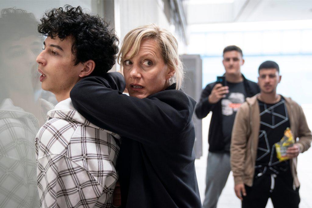 Bei der Festnahme von Hakim Khaled (Shadi Eck) sieht sich Martina Bönisch (Anna Schudt) gezwungen, den Gesuchten mit körperlicher Gewalt zu überwältigen. Das Geschehen wird gefilmt - und im Internet vielfach kommentiert.