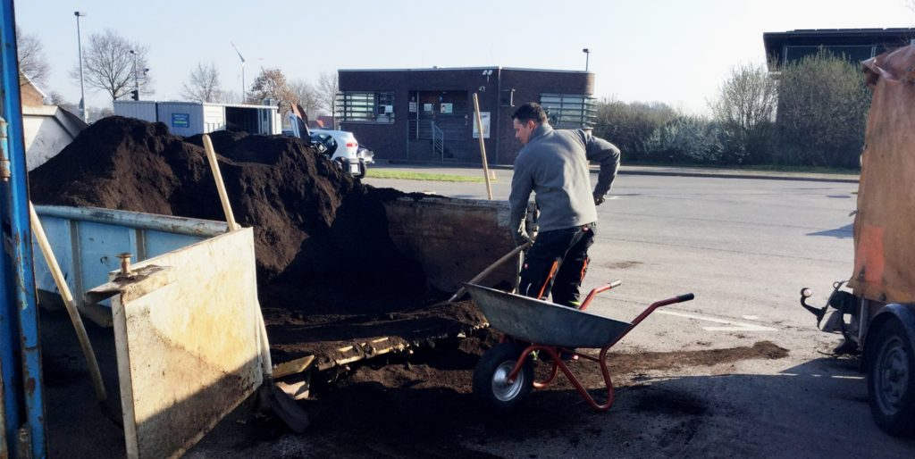 Am Wertstoffhof der EGW in Gescher-Estern: Kostenlos können Einwohner Kompost für den Garten mitnehmen. Wenn die Verhandlungen erfolgreich abgeschlossen werden, wird die Gemeinde neben dem Kreis Borken sowie Velen und Gescher vierter Partner am Wertstoffhof.