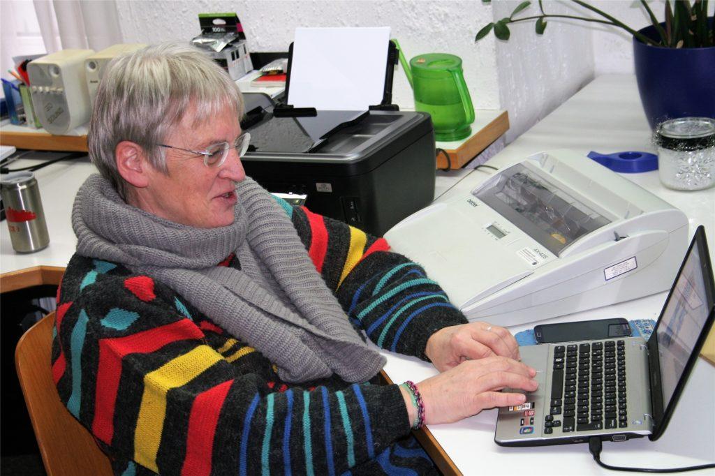 Gut gelaunt mit einem strahlenden Gesicht: So kennen die Gemeindemitglieder Elsbeth Bihler. Ende Februar wird sie ihren Schreibtisch im Gemeindebüro räumen.