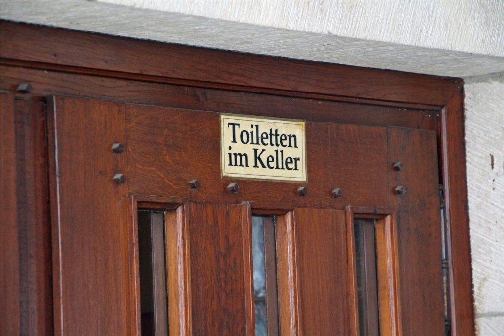 Im Alten Rathaus gibt es im Untergeschoss eine öffentliche Toilette. Sie kann von 8 bis 20 Uhr täglich genutzt werden, auch wenn das Stilvoll im Alten Rathaus derzeit geschlossen bleibt.
