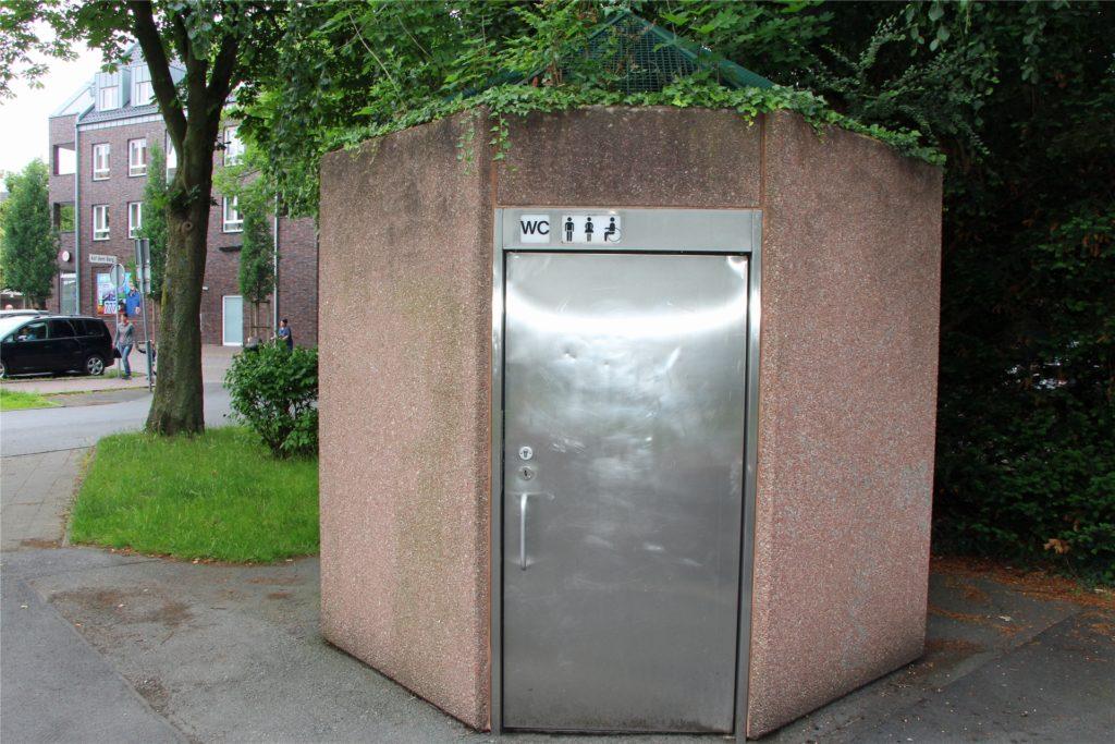 Etwas versteckt auf dem Parkplatz Auf dem Berg/Am Griesetorn findet sich dieses öffentliche Toiletten-Häuschen.