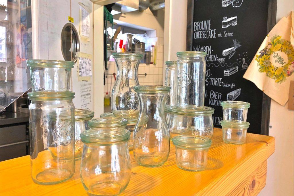Der Grüne Salon am Nordmarkt hat gleich sechs unterschiedliche Größen und Formen von Weckgläsern für jeden Anlass angeschafft.