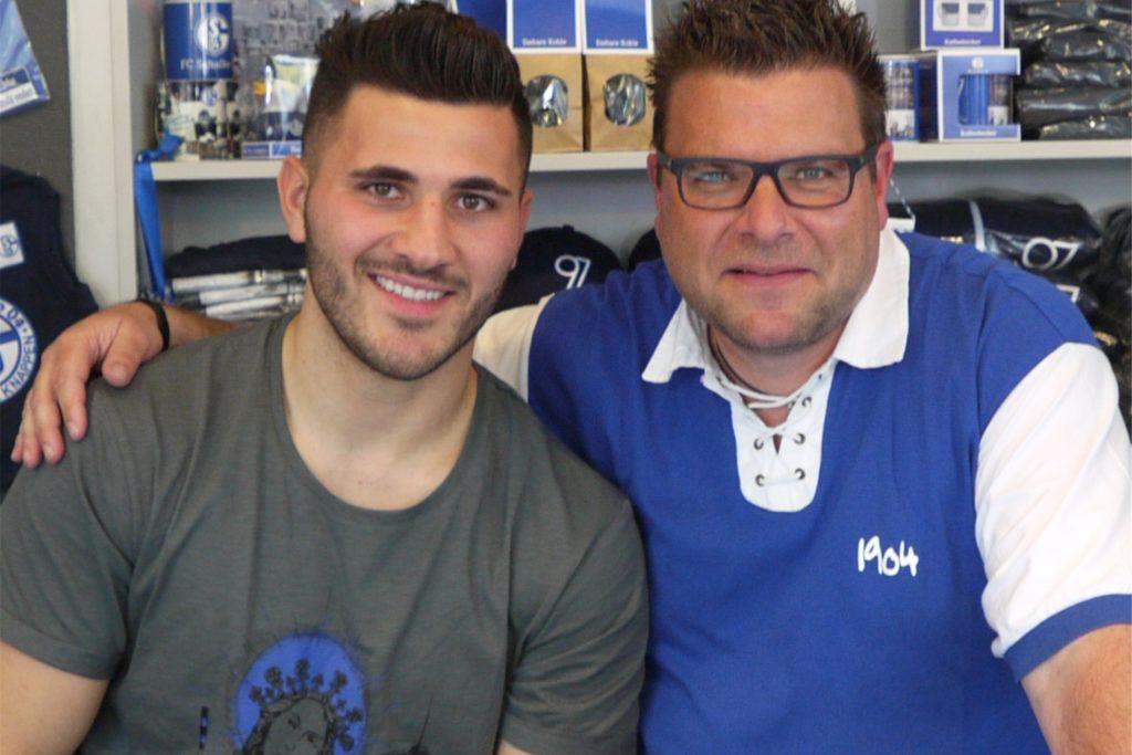 Mario Lohmann (r.) mit dem Schalker Spieler Sead Kolasinac.