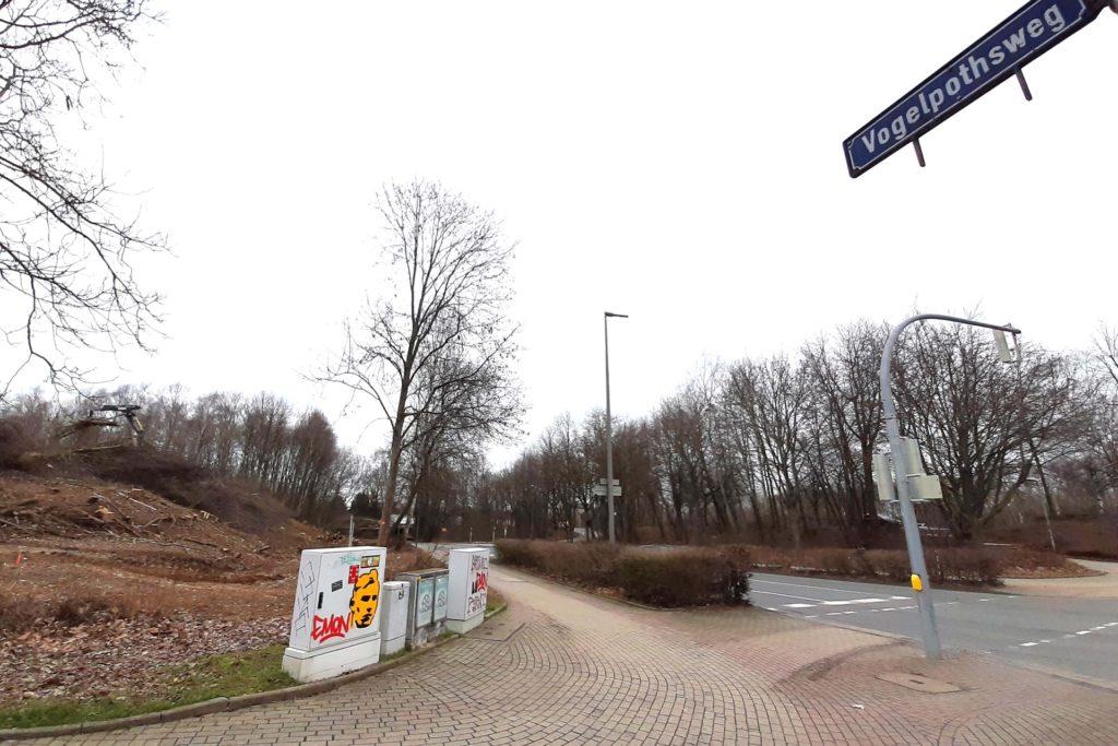 Das Grundstück links an der Ecke Vogelpothsweg/Emil-Figge-Straße wird derzeit gerodet und demnächst bebaut.
