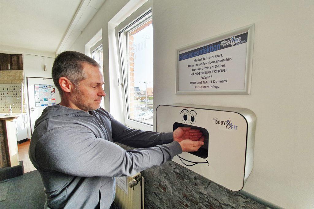 Auch für den Chef gehört die regelmäßige Desinfektion der Hände mittlerweile zur Routine.