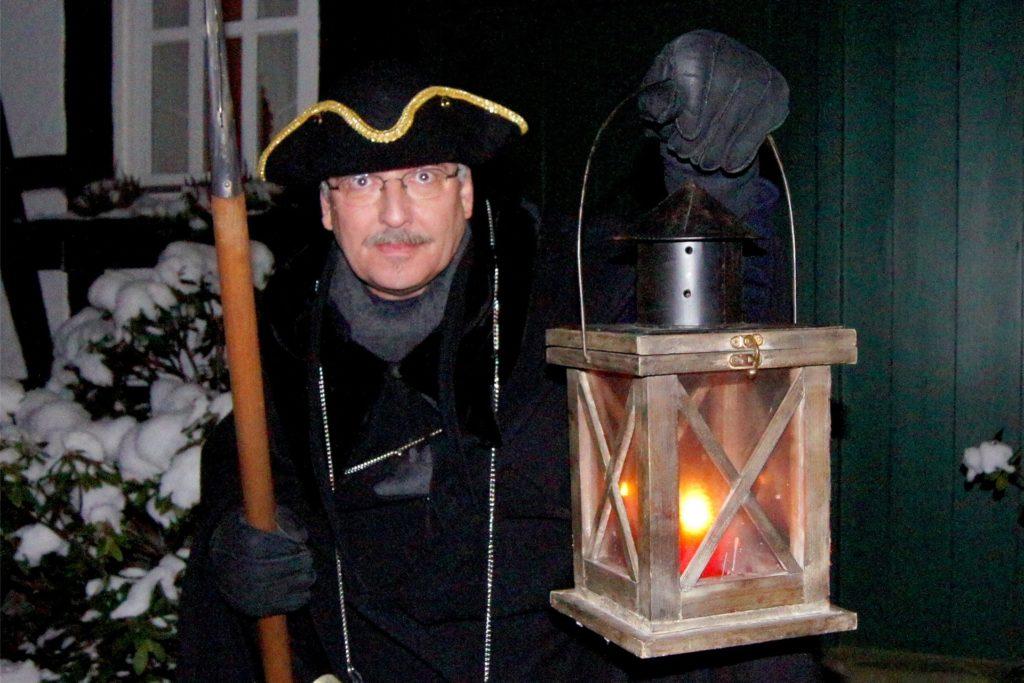 Aus Rothenburg op der Tauber brachte Uwe Fuhrmann die Idee der Nachtwächter-Führungen nach Schwerte mit und schlüpfte zehn Jahre lang regelmäßig selbst in die Kutte.