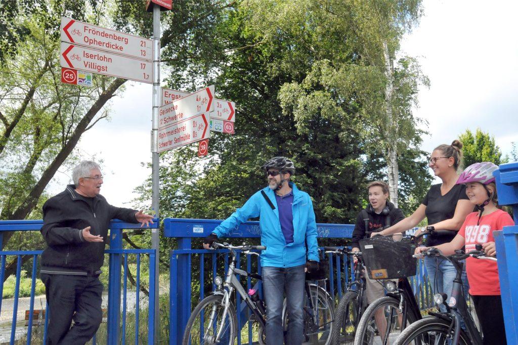 Uwe Fuhrmann (l.) war selbst schon einige Etappen des Ruhrtalradwegs gefahren und gab gern Informationen über die Strecke und natürlich für einen Besuch in seiner Stadt Schwerte.