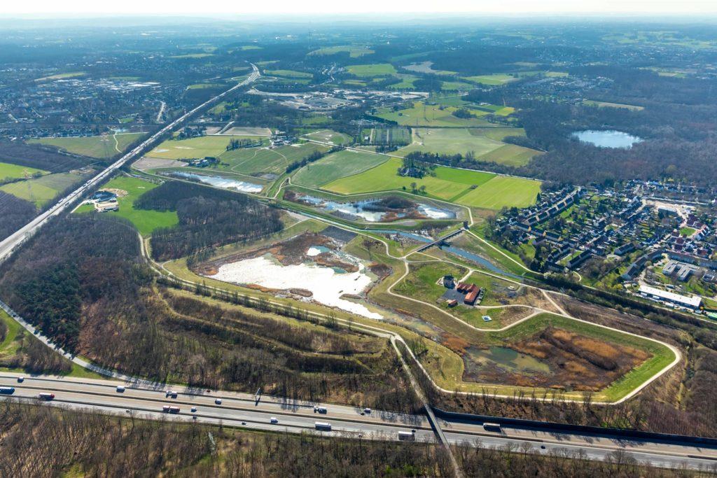 Am Autobahnkreuz Dortmund-Nordwest mit der A45 und A2 liegt Groppenbruch und das Hochwasserrückhaltebecken an der Emscher.