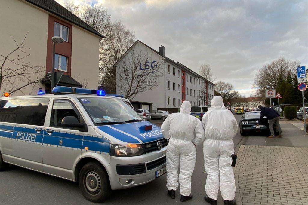 Polizisten stehen vor der städtischen Unterkunft an der Harkortstraße in Merklinde.