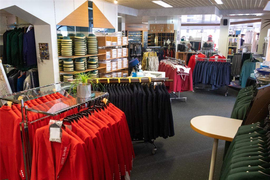 Ein Blick in die Weyer-Geschäftsräume mit zurzeit gut gefüllten Kleiderständern.