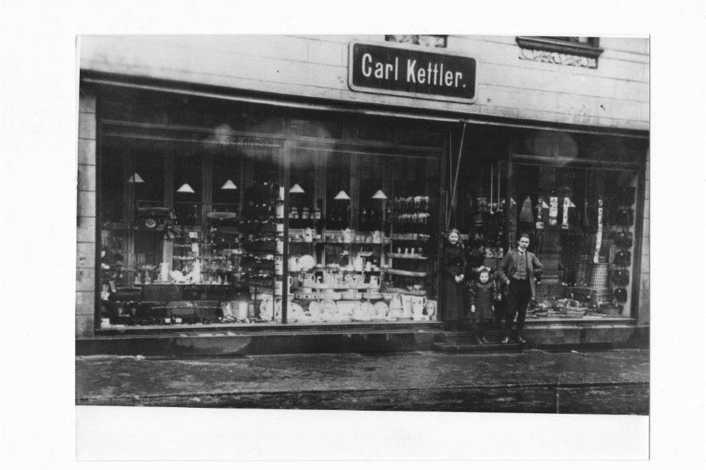 Das Geschäft Kettler in der Hüsingstraße um das Jahr 1920: Davor steht die Gründerfamilie. Die 135-jährige Firmengeschichte soll eigentlich 2021 enden. Doch die Corona-Pandemie bringt auch bei der Nachfolgeregelung Probleme mit sich.