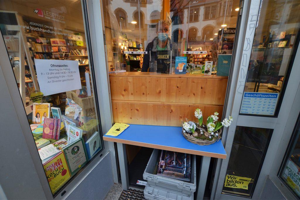 Improvisierter Ausgabe-Schalter: Große Bücher schiebt Michael Nau in einer Kiste auf einem Rollbrett zu den Kunden.