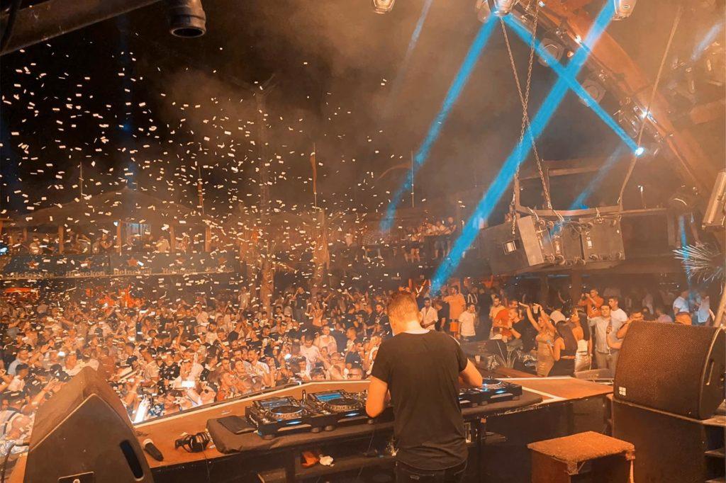 DJ Scheffwell bei einem Auftritt im NOA Beach Club in Kroatien. Am 13. März wird der Stadtlohner leere Kirchenbänke statt Partystimmung vor Augen haben.