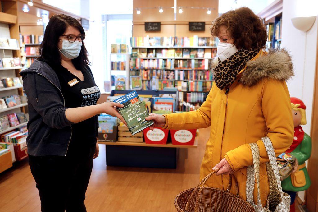 Elisabeth Bessing (r.) nutzte die Gelegenheit bei Annabell Boehnke von der Buchhandlung Kortenkamp gleich ein Geburtstagsgeschenk zu kaufen.