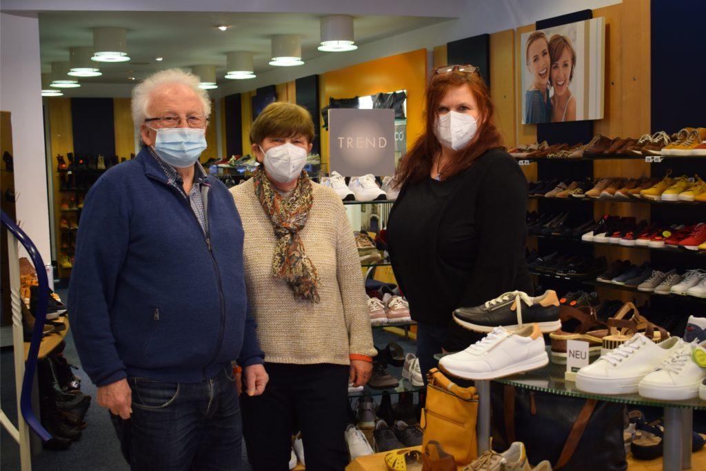 Werner, Ursula und Petra Eikelschulte empfangen in ihrem Schuhgeschäft wieder Kunden nach Terminabsprache.