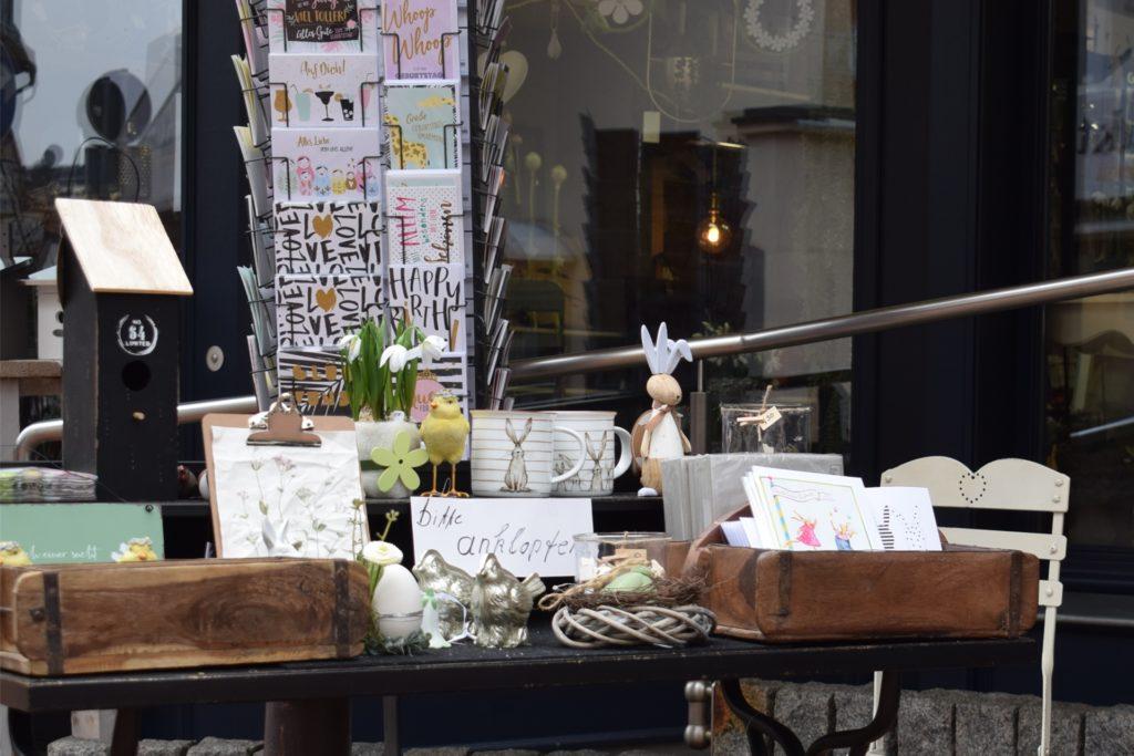 """Vor ihrem Laden hat Martina Brosthaus einen Tisch mit dem Hinweis """"bitte anklopfen"""" aufgebaut, um auf das Angebot aufmerksam zu machen."""