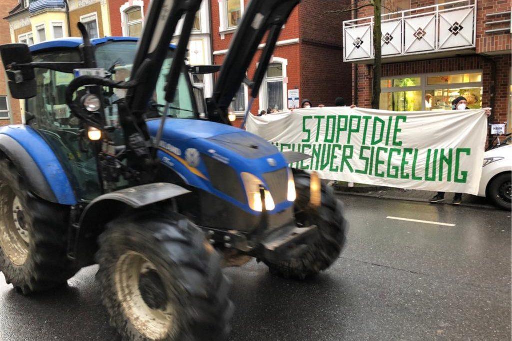Landwirte fuhren mit ihren Treckern in einem Korso am Sitzungsort Kolpingsaal vorbei.