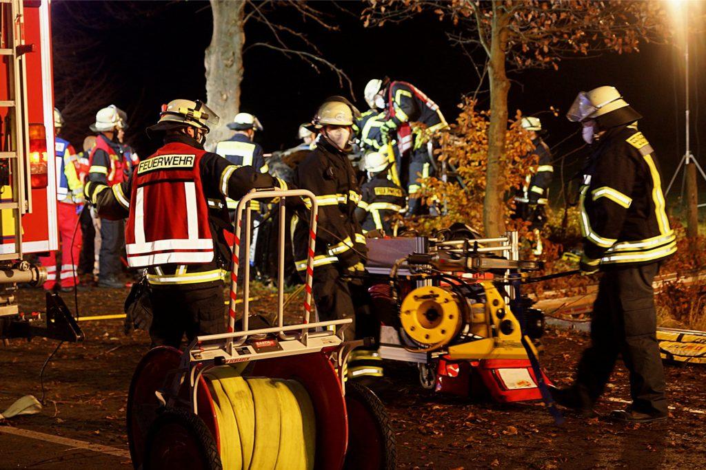 Ein 18-jähriger Mann aus Kamen kam Ende November in Unna ums Leben, als er mit seinem Auto bei überhöhter Geschwindigkeit von der Dortmunder Straße abkam und gegen einen Baum prallte.