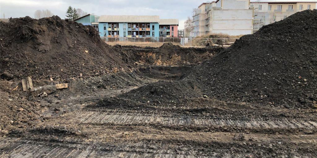 Riesige Erdmassen werden derzeit auf dem Gelände des Bergstadions auf der grenze von Eving und Lindenhorst ausgetauscht