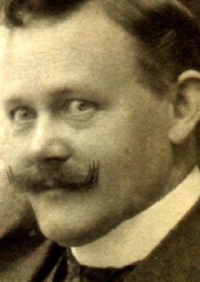 Wilhelm Mümken senior - der Firmengründer, verlegte das Geschäft vom Wüllener Tor an ein eigenes Haus an der Wüllener Straße 8 – bis heute Teil der Ladenfläche.