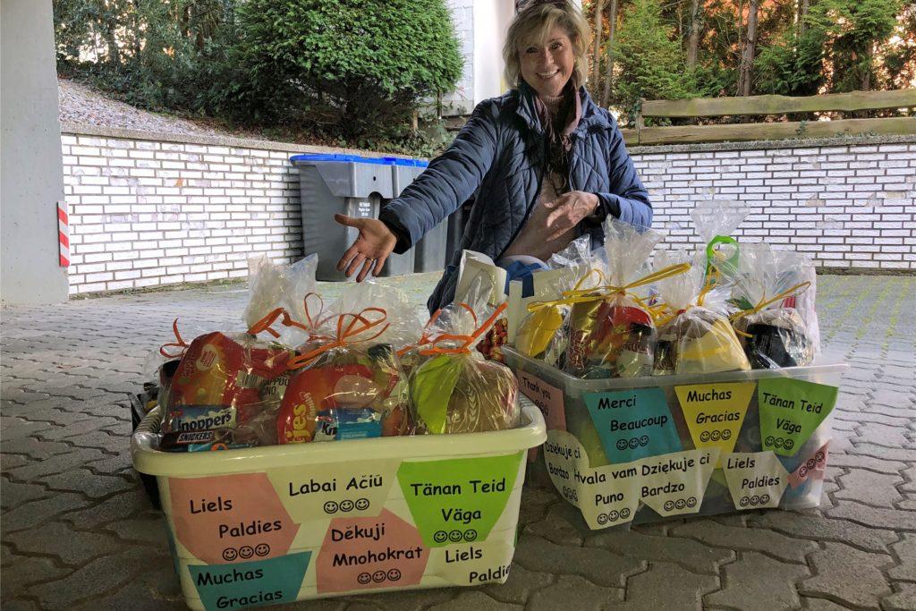 Initiatorin Debra Weiser mit den in Körben verpackten 60 Geschenktüten.