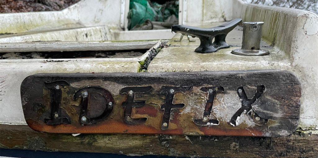 Deutlich zu erkennen: der Schriftzug Idefix am Heck des Bootes. Jetzt wurde der Eigentümer ermittelt.