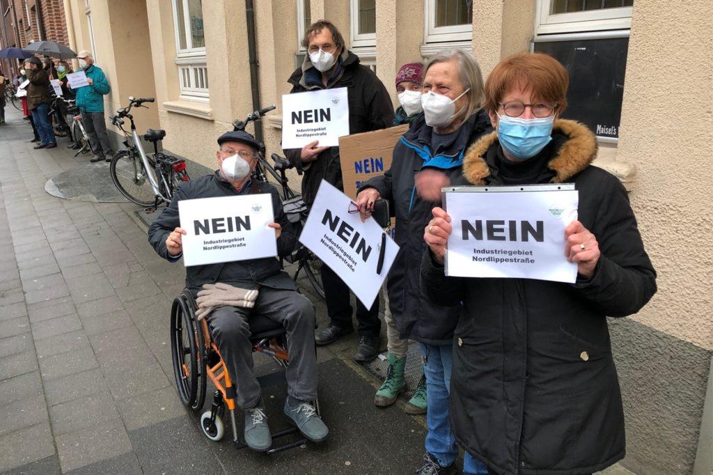 Rund 200 Demonstranten forderten vor der Sitzung am Dienstagabend von den Politikern ein Nein zum geplanten Gewerbe- und Industriegebiet an der Nordlippestraße.