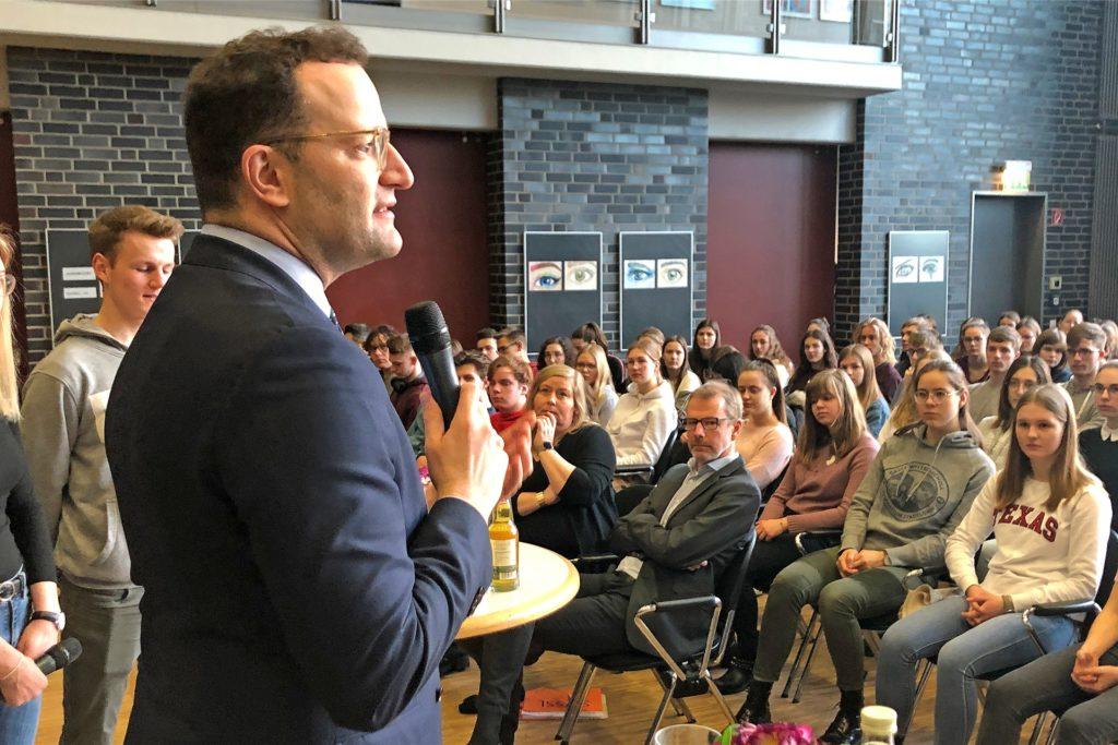Noch ohne Mundschutz: Im Februar 2020 war  Corona für Jens Spahn und die GSG-Schüler nur eines von vielen Themen.