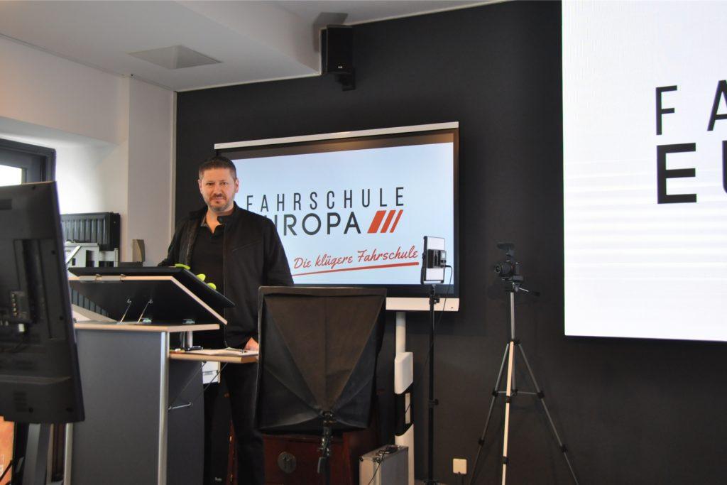Theoretischer Unterricht findet in Zeiten von Corona in der Fahrschule Europa digital statt. Inhaber Önder Aythekin hat sich dafür in der Filiale in Brambauer ein richtiges Studio aufgebaut.