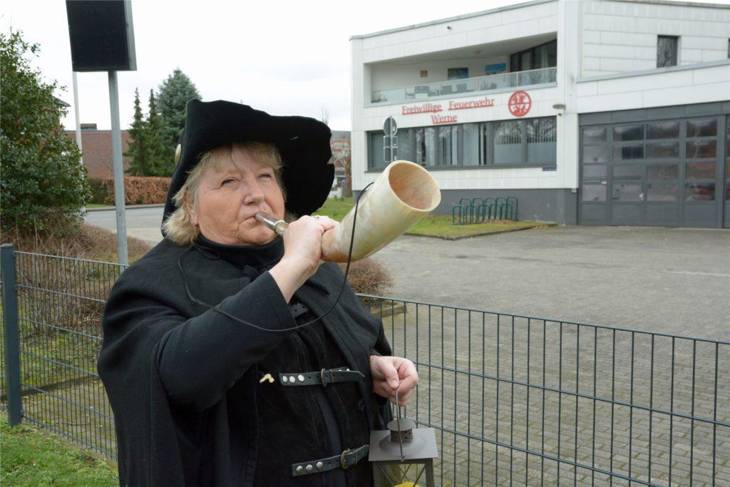Stadtführerin Heidelore Fertig-Möller mit einem Brandhorn. Der Nachtwächter alarmierte hiermit die Bevölkerung im Falle eines Feuers.